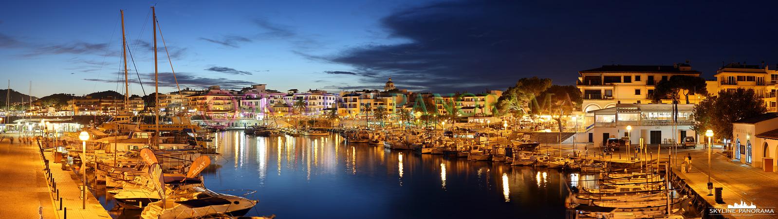 Balearen Mallorca - Dieses Panorama zeigt den abendlichen Blick in den Yachthafen von Cala Ratjada auf der beliebten Ferieninsel Mallorca.