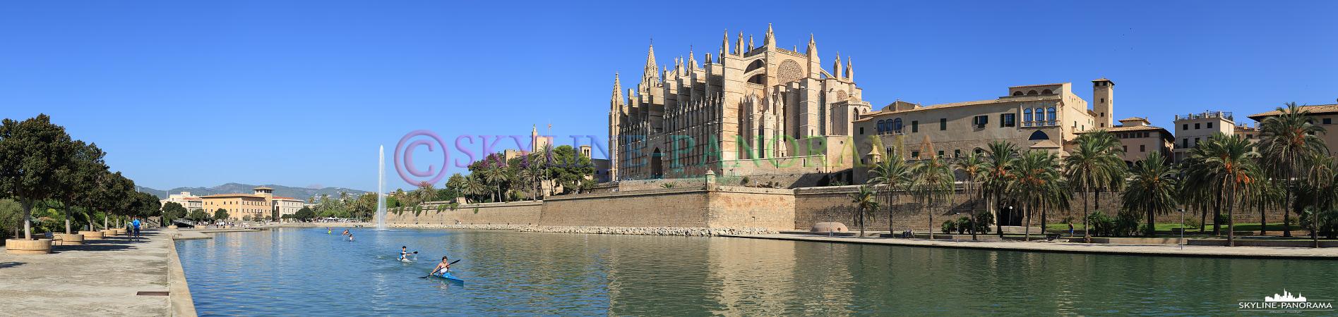 Panorama Bilder - Die Kathedrale von Palma de Mallorca ist das Wahrzeichen der Inselhauptstadt, dieses Panorama entstand am Tag, bei wolkenlosem Himmel.