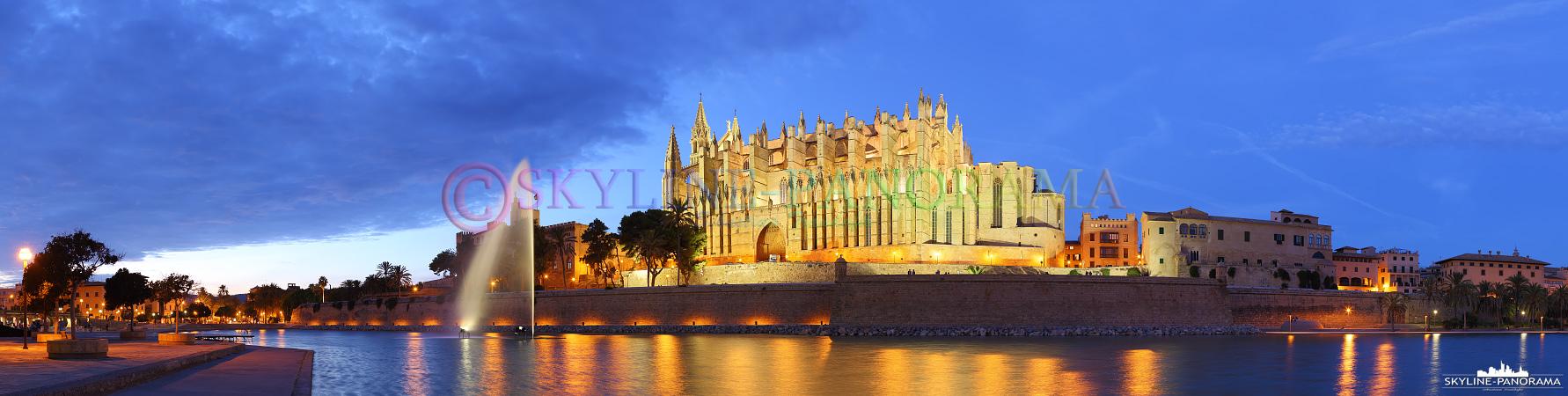 Panorama Mallorca - Die abendlich beleuchtete Kathedrale von Palma, der Inselhauptstadt von Mallorca.