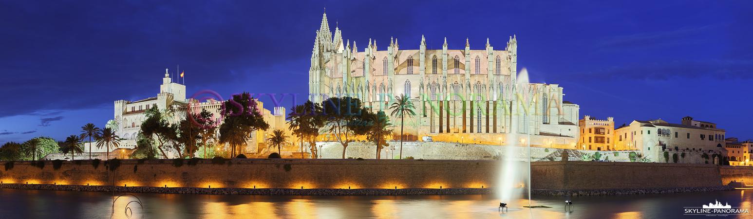 Bilder Mallorca - Die Kathedrale von Palma als Panorama zur Dämmerung fotografiert.