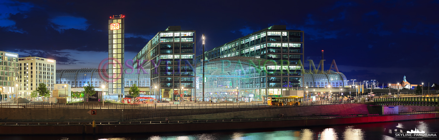 Berlin Panorama - Hauptbahnhof von Berlin als Panorama zur Blauen Stunde. Der Neubau des Bahnhofs befindet sich unmittelbar am Spreebogen, unweit des Regierungsviertels und somit im Herzen der Bundesdeutschen Hauptstadt.