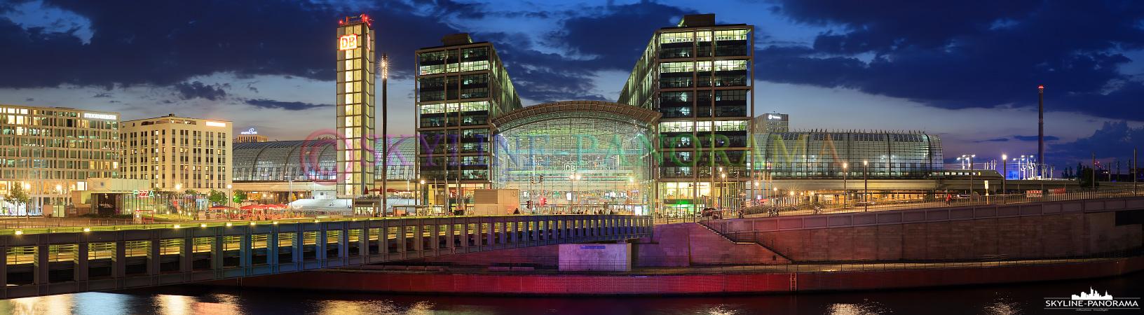 Hauptstadt Bilder - Dieses Panorama zeigt die beiden Haupteingangsportale des Berliner Hauptbahnhofs in der Dämmerung.