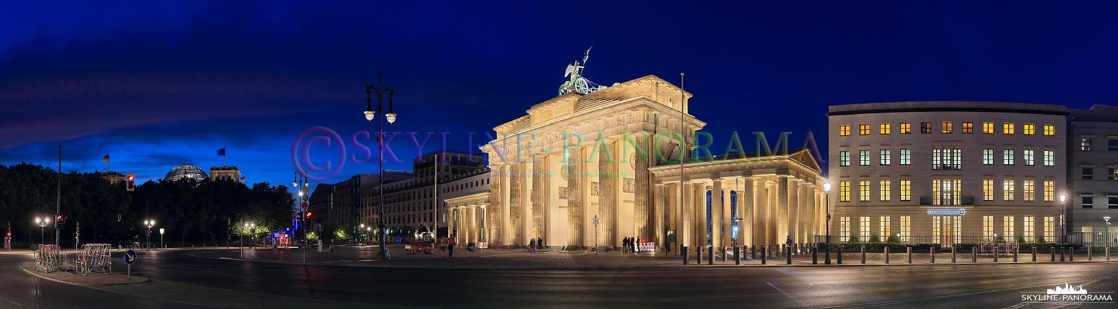 Sehenswürdigkeiten der Hauptstadt - Dieses Panorama zeigt die Rückseite des Brandenburger Tors, es wurde in den Abendstunden aufgenommen.