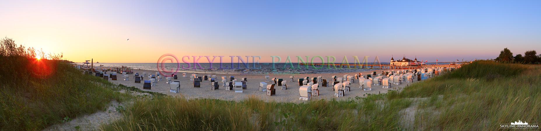 Bilder Usedom - Der abendliche Strand von Ahlbeck mit der historischen Seebrücke und den bekannten Strandkörben wurde hier zum Sonnenuntergang, mit dem letzten Licht des Tages, als Panorama fotografiert.