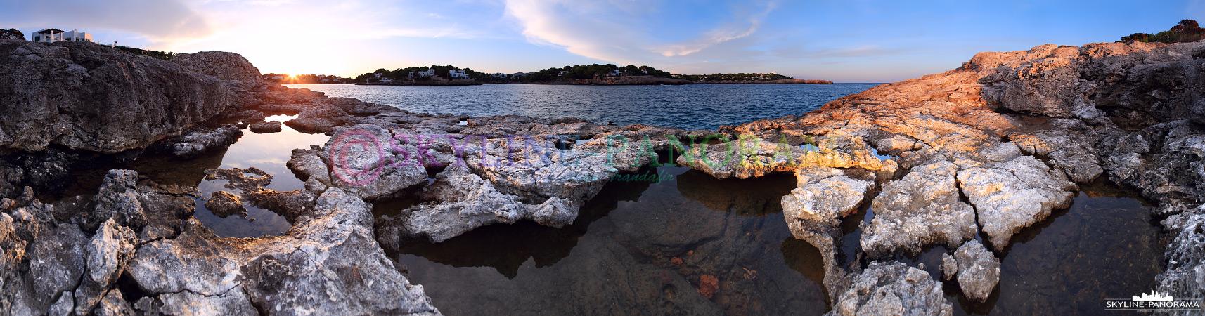 Die schroffen Felsen am Aussichtspunkt in der Nähe der Festung Es Forti, von hier aus hat man zum Sonnenuntergang einen schönen Blick auf die Buchten Calo d´Or.