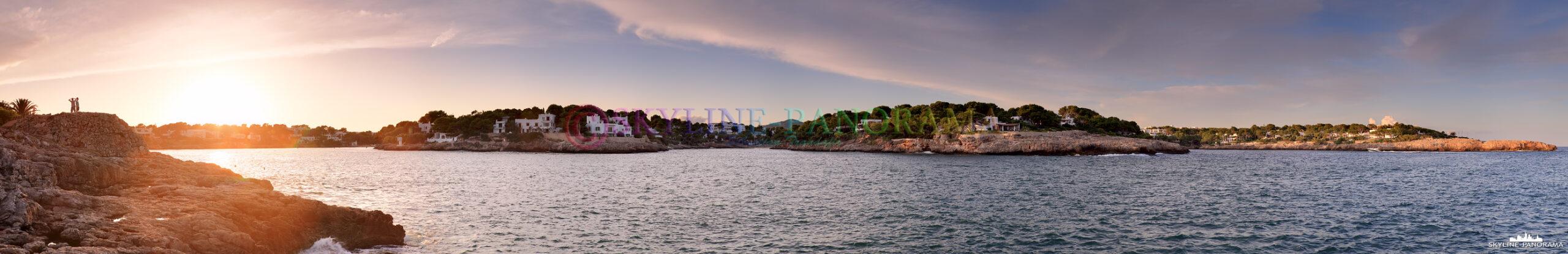 Cala d´Or zum Sonnenuntergang   Dieses Panorama zeigt den Blick vom Aussichtspunkt in der Nähe der Festung Es Forti in Richtung der bekannten Badebuchten...