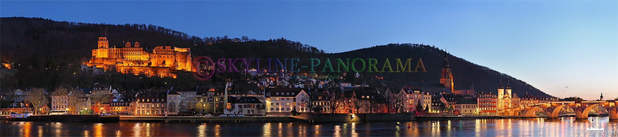 Panorama Heidelberg - Die abendliche Ansicht auf die historische Altstadt von Heidelberg mit dem beleuchteten Schloss und der Alten Brücke.