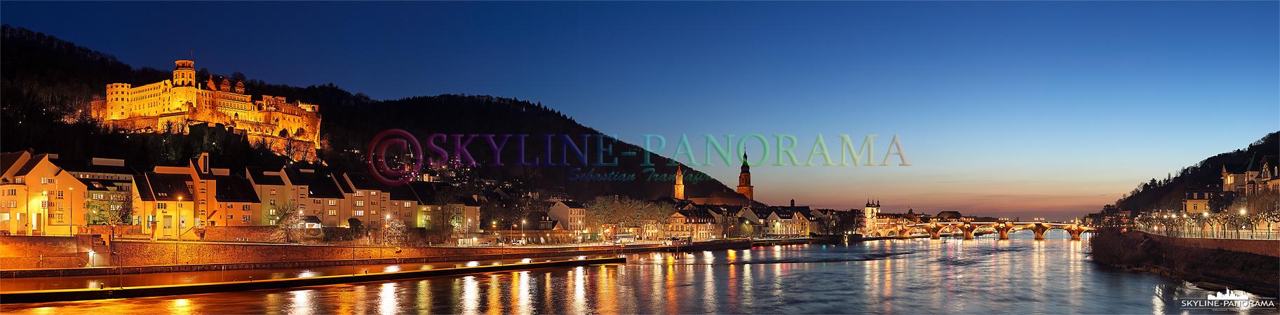 Stadtansicht am Abend - Das Panorama von Heidelberg mit dem abendlich beleuchteten Schloss und der historischen Alten Brücke über den Neckar.
