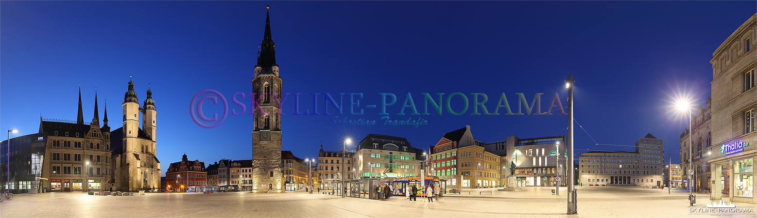 Panorama Halle/ Saale - Die abendliche Silhouette des halleschen Marktplatzes mit den bekannten fünf Türmen als Panoramaansicht.