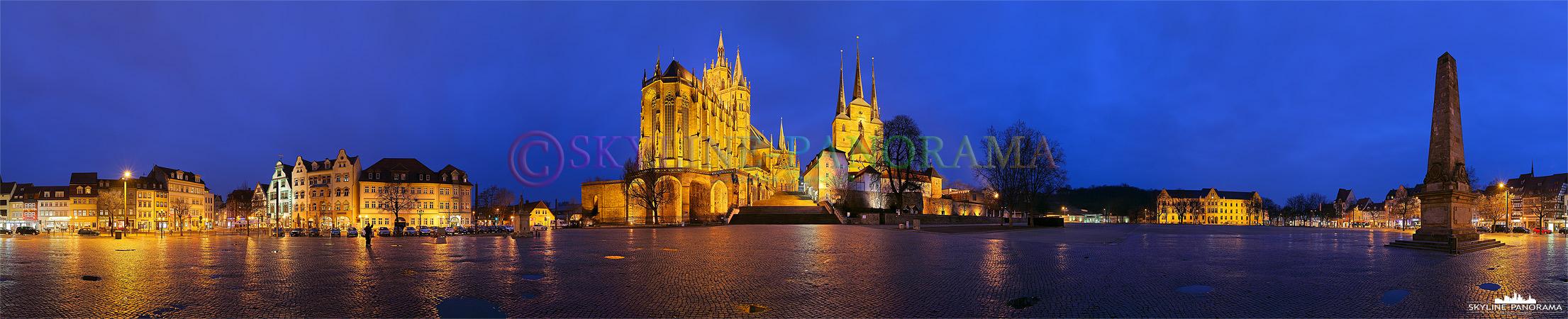 Bilder aus Erfurt - Der Domplatz der Thüringischen Landeshauptstadt Erfurt als abendliche 360 Grad Ansicht. Im Zentrum des Panoramas ist der hell erleuchtete Erfurter Dom und die Severikirche zu sehen.