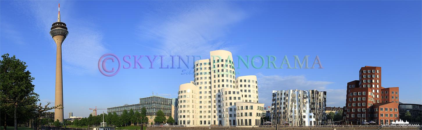 Bilder aus Düsseldorf – Die Gehry-Bauten im Düsseldorfer Mediahafen zusammen mit dem Rheinturm als Panoramaansicht.