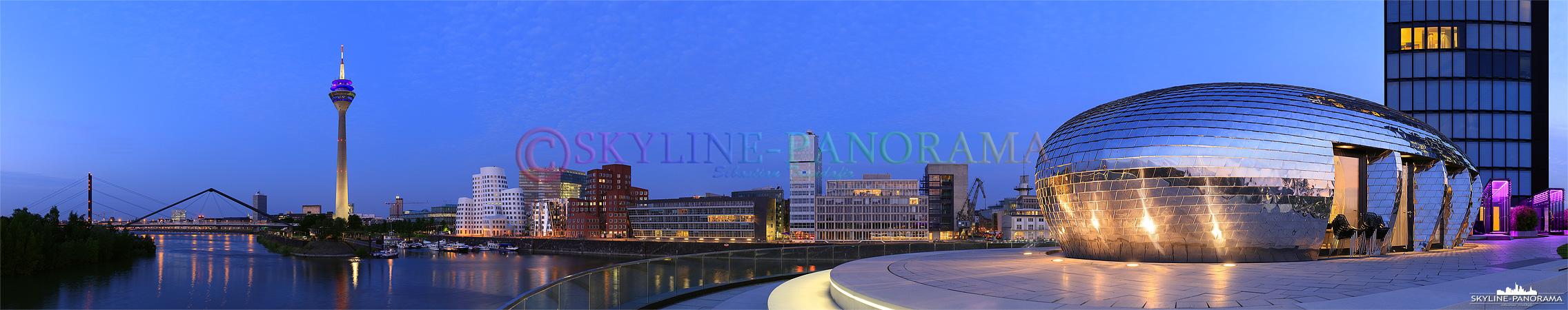 Bilder Düsseldorf – Das abendliche Panorama von der Landzunge am Hyatt auf den Düsseldorfer Mediahafen und den beleuchteten Rheinturm.