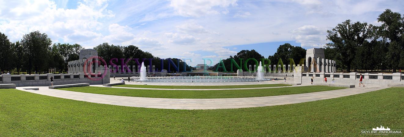 Sehenswürdigkeiten Washington - Das World War II Memorial als Panorama mit Blick in Richtung Lincoln Memorial auf der National Mall in Washington D.C.