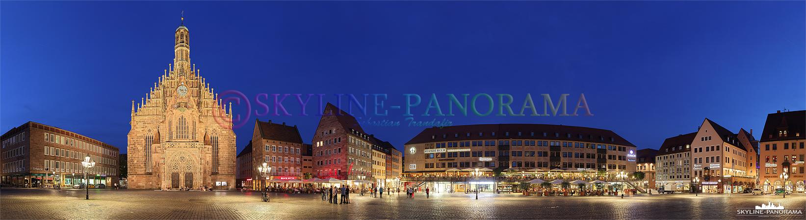 Der Nürnberger Hauptmarkt mit der beleuchteten Frauenkirche als Panorama in der Dämmerung. In der Weihnachtszeit findet auf dem Hauptmarkt der weltbekannte Nürnberger Christkindlesmarkt statt.