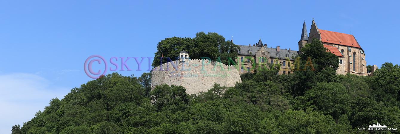 Bilder aus Mansfeld - Das Panorama zeigt das Mansfelder Schloss mit der Schlosskirche und der eindrucksvollen Schlossmauer.