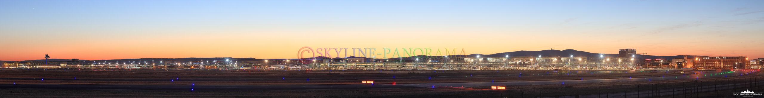 Flughafen Frankfurt am Main - Das abendliche Panorama auf Deutschlands größten Flughafen von dem Aussichtspunkt an der A5 Ausfahrt Zeppelinheim zur Goldenen Stunde gesehen.