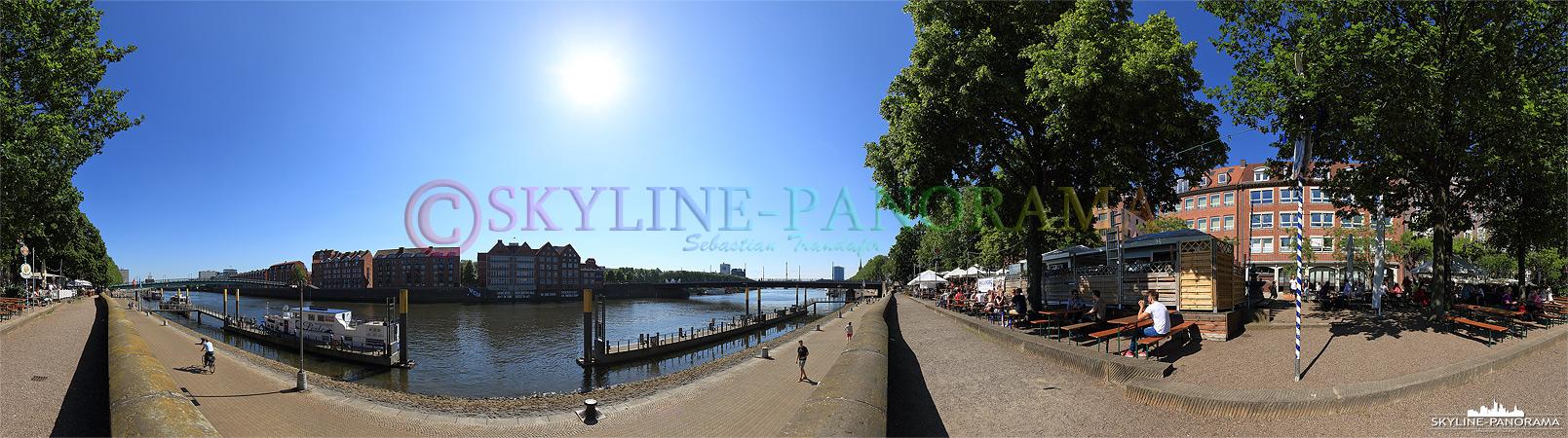 Biergarten am Weserufer - Die historische Uferpromenade Schlachte an der Weser in Bremen als Panoramaansicht. Hier laden einige Biergärten in der warmen Jahreshälfte zum Verweilen ein.
