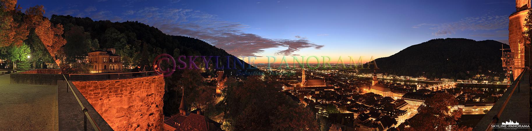 Bilder Heidelberg – Das Panorama von der Schlossmauer aus auf die abendlich beleuchtete Altstadt von Heidelberg im Herbst 2015.