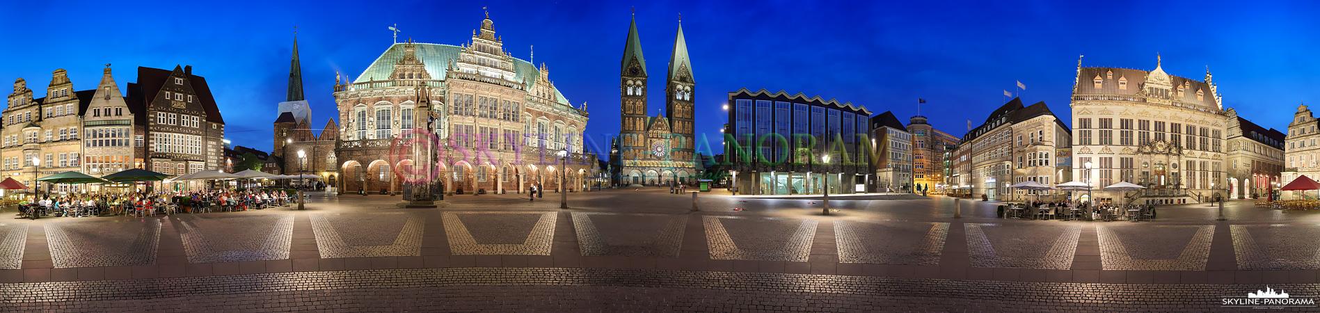 Panorama aus dem Zentrum des Bremer Marktplatzes. Auf dem historischen Platz in der Bremer Altstadt findet man einige der bekanntesten Sehenswürdigkeiten der Hansestadt, dazu zählen, um nur einige zu nennen, das Bremer Rathaus mit dem Roland, die Bronzefigur der Bremer Stadtmusikanten und der Sankt Petri Dom zu Bremen.