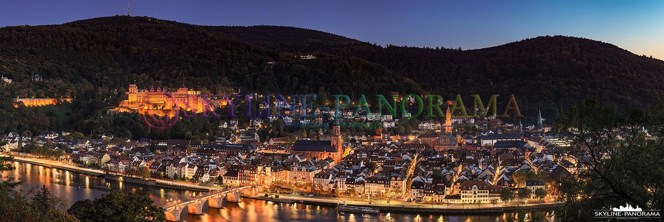 Heidelberg Bilder - Der abendliche Blick auf die beleuchtete Altstadt von Heidelberg mit der Alten Brücke und dem Heidelberger Schloss.