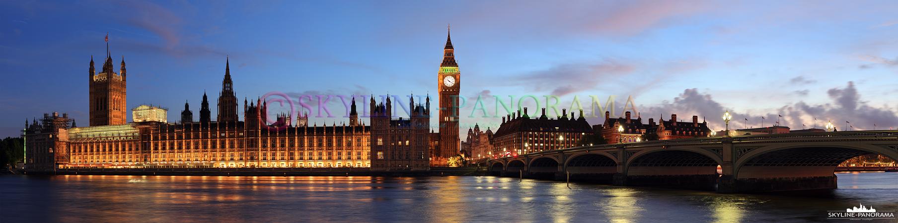Bilder aus Großbritannien – Der abendlich beleuchtete Palace of Westminster und Big Ben vom Ufer der Themse gesehen.