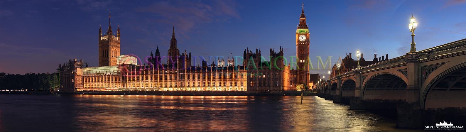 Bilder aus London – Panorama des Palace of Westminster mit dem Glockenturm Big Ben und der Westminster Bridge vom Ufer der Themse aus aufgenommen.