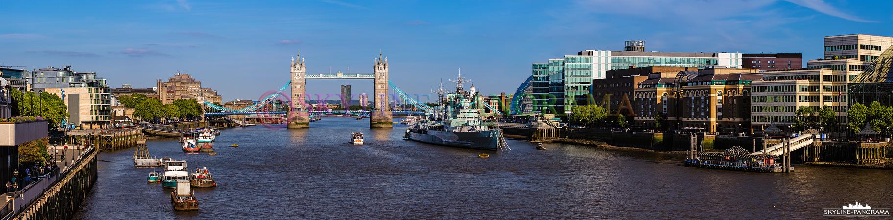 Sehenswürdigkeiten von London - Diese Aufnahme zeigt das Panorama von der London Bridge aus auf die historische Tower Bridge und das Museumsschiff HMS Belfast.