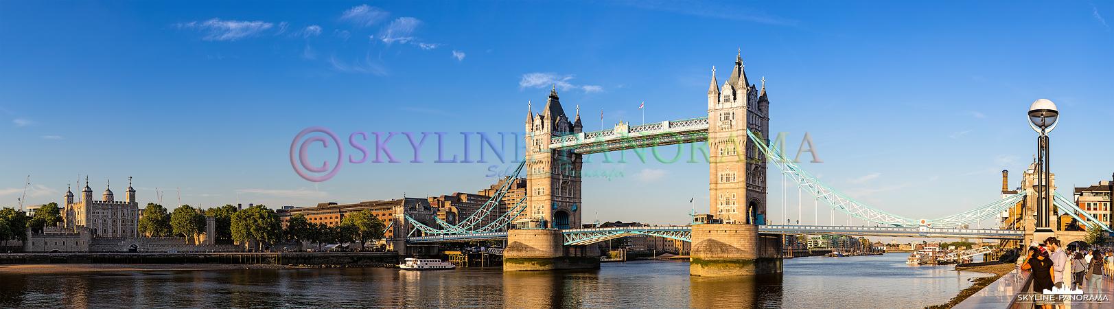 Wahrzeichen von London - Blick auf den Tower of London und die im letzten Sonnenlicht erstrahlende Tower Bridge, gesehen am Ufer der Themse auf Höhe der London City Hall.