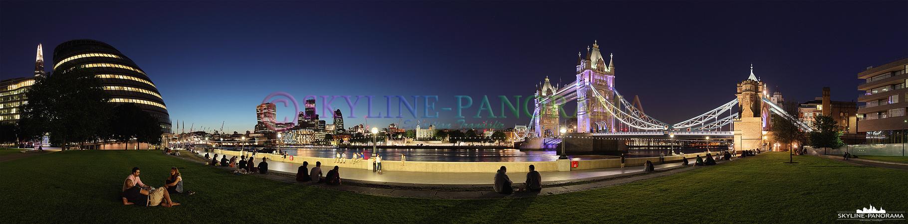 Sehenswürdigkeiten von London - Das Themse Ufer zählt zu den beliebtesten Flaniermeilen Londons. Diese Aufnahme entstand auf Höhe der City Hall und zeigt den Blick auf den Tower of London und die abendlich beleuchtete Tower Bridge.
