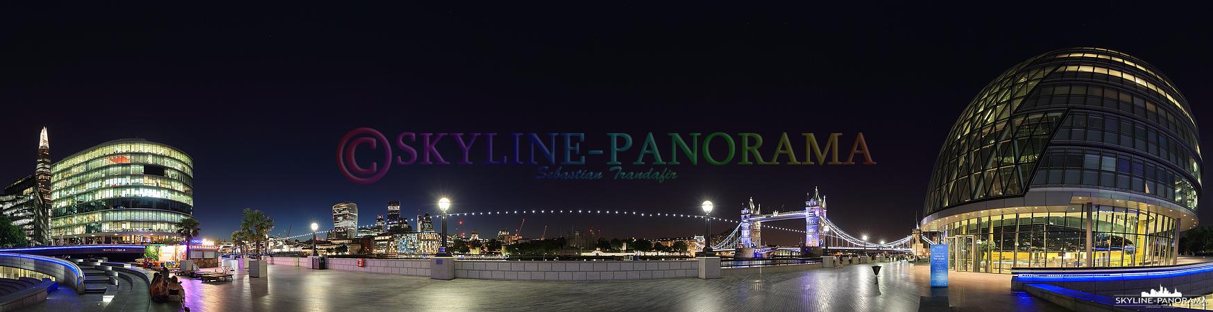 London Panorama – Abendlicher Blick von der The Queen´s Walk genannten Themse Promenade auf die beleuchtete Tower Bridge und die City Hall von London.