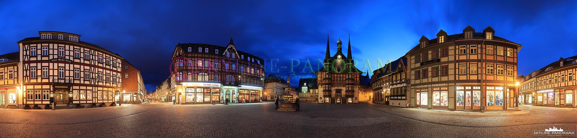 Harz Panorama - Der Marktplatz von Wernigerode im Harz als 360 Grad Ansicht. Die Aufnahme zeigt das historische Rathaus von Wernigerode zusammen mit dem Wohltäterbrunnen und den restaurierten Fachwerkensemble.