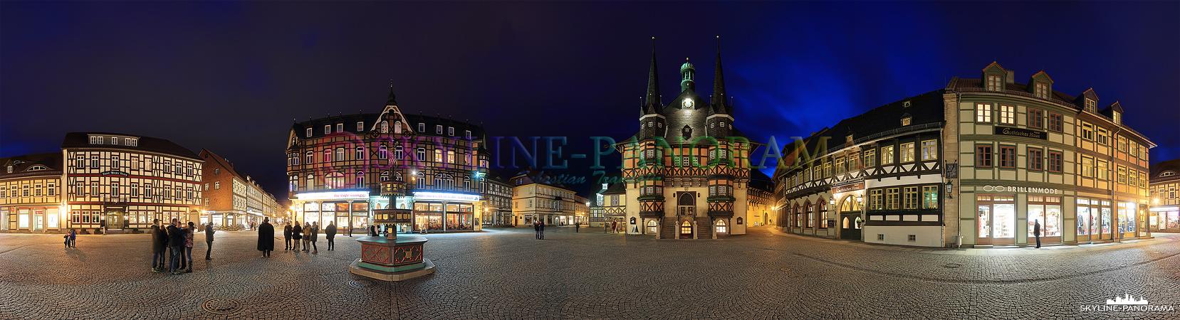 Bilder aus dem Harz - Der Wernigeröder Marktplatz mit dem weltbekannten Rathaus, dem Wohltäterbrunnen und den restaurierten Fachwerkhäusern als Panorama in den Abendstunden aufgenommen.