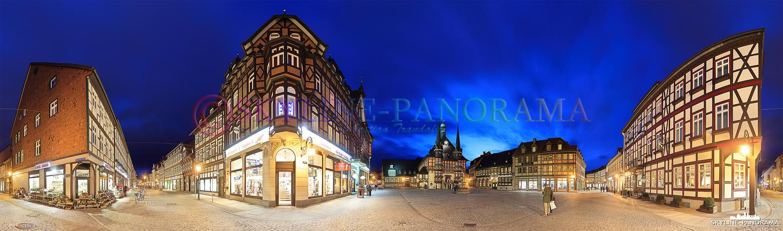 Bilder aus dem Harz - Abendliches Panorama der Altstadt von Wernigerode, die Aufnahme zeigt den Marktplat mit dem historischen Rathaus und der angrenzenden Breiten Straße.