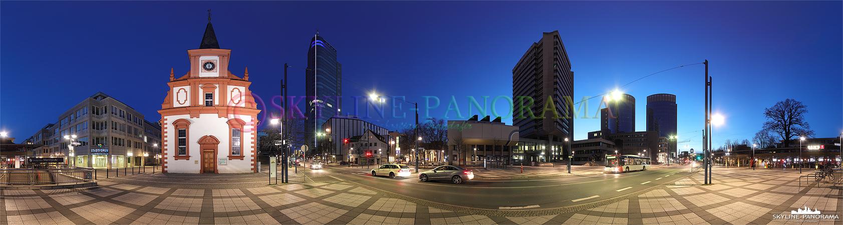 Bilder aus Offenbach - Die Berliner Straße als Panorama in der Dämmerung mit Blick auf die Französisch-Reformierte Kirche am linken Bildrand und folgend den City Tower, das Rathaus und die zwei Türme des Hauses der Wirtschaft.