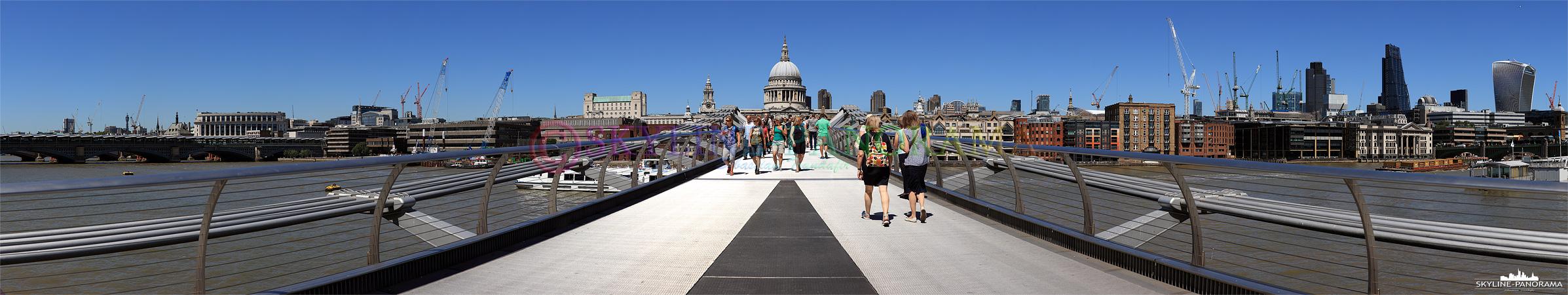 City of London - Ein Panorama von London, das auf der Millennium Bridge entstanden ist, es zeigt den Blick auf die City von London mit der St Paul's Cathedral im Zentrum.