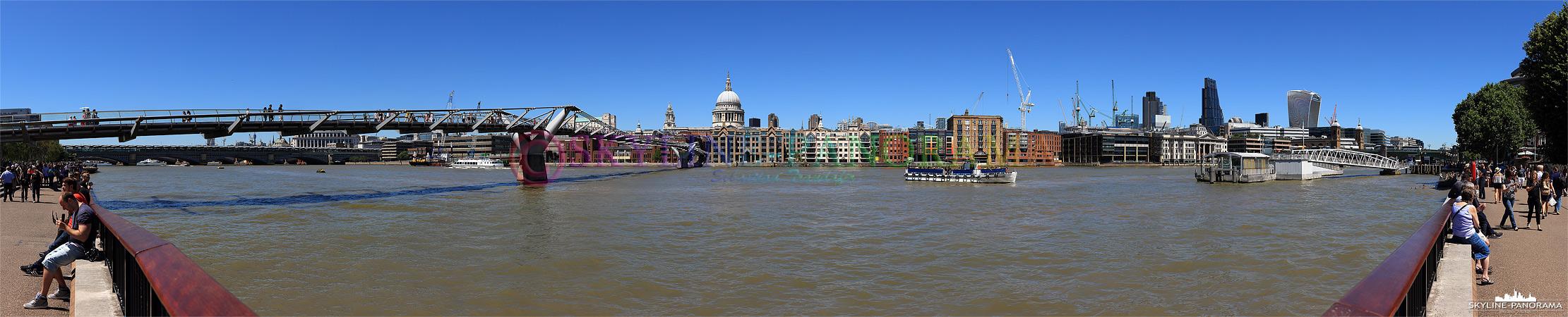 Bilder aus England - Panorama der City of London vom Ufer der Themse mit der Millennium Bridge und der St Paul's Cathedral an einem wunderbaren Sommertag.