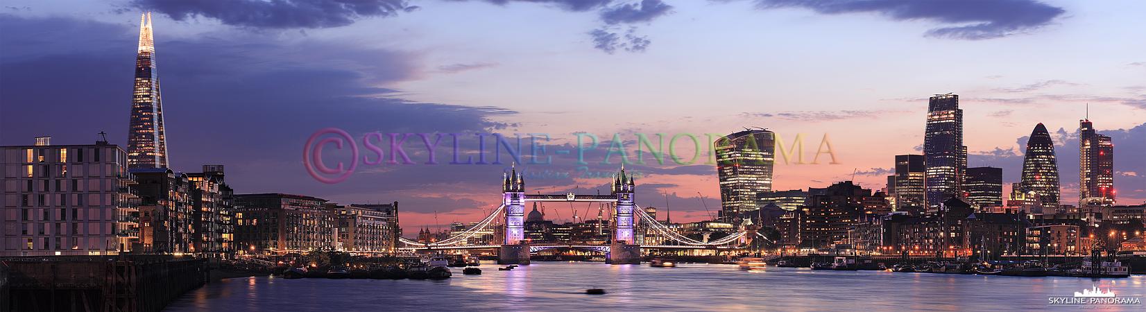 Panorama London by night - Die abendliche Skyline von London mit der historischen Tower Bridge und den futuristischen Wolkenkratzern der englischen Hauptstadt als Panorama.