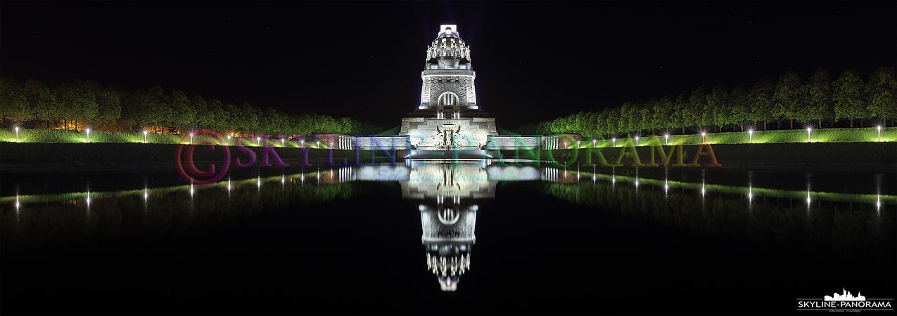 Das Völkerschlachtdenkmal bei Nacht. Das Bauwerk, das zum Gedenken an die Völkerschlacht im Oktober 1813 errichtet wurde, gehört zu den bekanntesten Wahrzeichen der Stadt Leipzig.