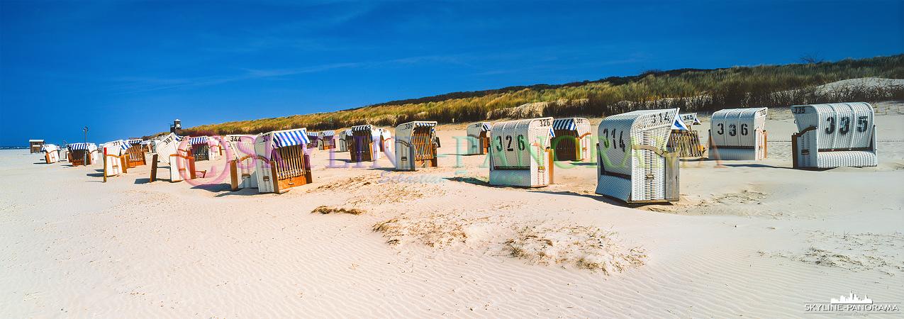 Nordsee Panorama - Zahlreiche Strandkörbe am Hauptstrand der nordfriesischen Insel Spiekeroog.
