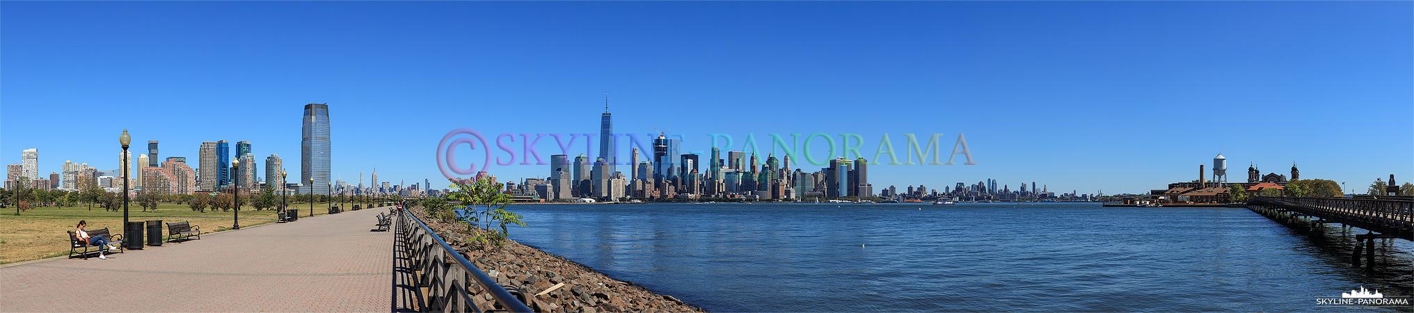 Das Panorama vom Liberty State Park in Jersy City auf die Skyline von Manhattan mit Elise Island am rechnen Bildrand.
