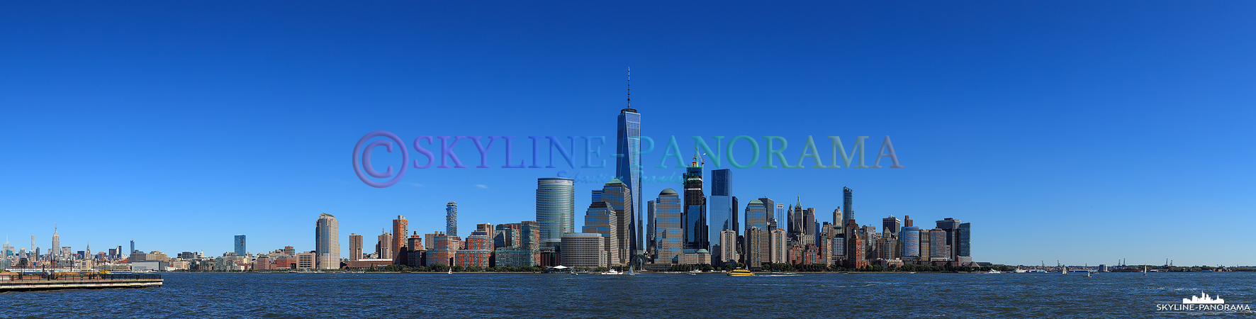 New York City - Die Skyline der Weltmetropole New York City mit dem neu erbauten One World Trade Center im Zentrum.