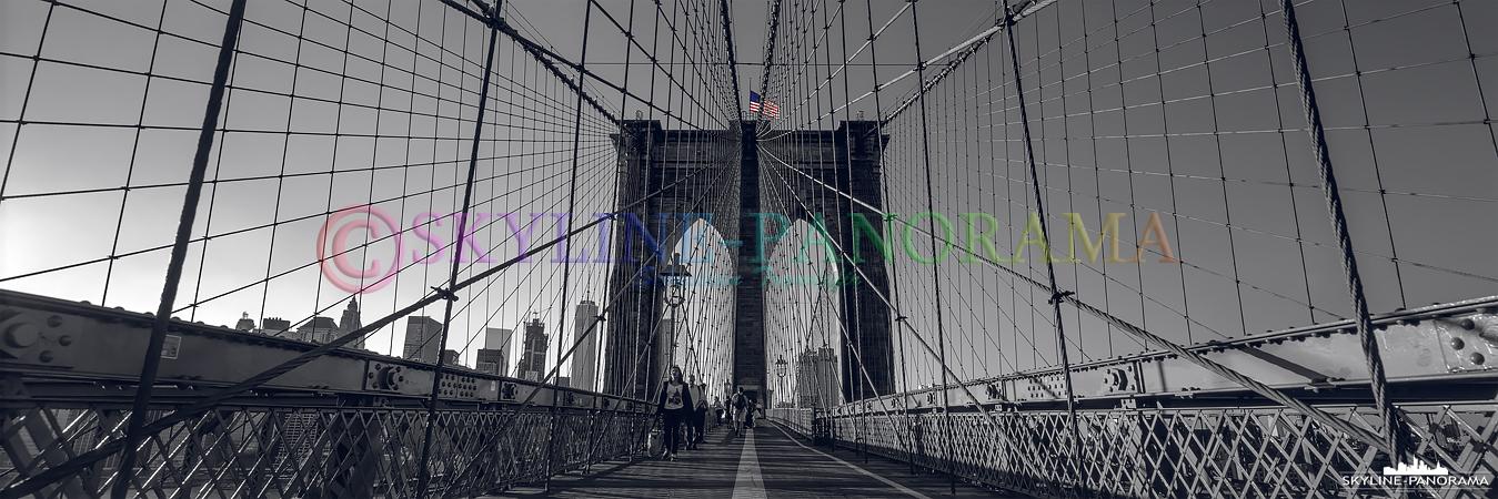 Bilder aus New York - Die historische Brooklyn Bridge verbindet den namensgebenden Stadtteil Brooklyn mit der Südspitze Manhattans, sie ist eines der ältesten und zugleich bekanntesten Wahrzeichen der New Yorker Skyline.