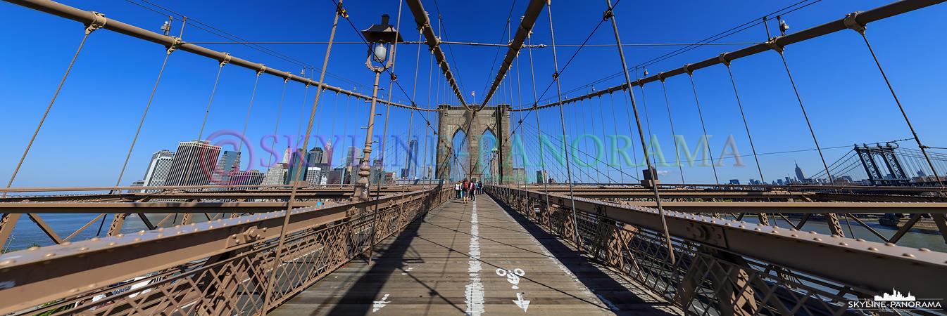 New York Sehenswürdigkeiten - Panorama der Brooklyn Bridge in New York City, das bekannte Wahrzeichen der New Yorker Skyline gehört zu den ältesten Hängebrücken der USA und verbindet die New Yorker Stadtteile Manhattan und Brooklyn.