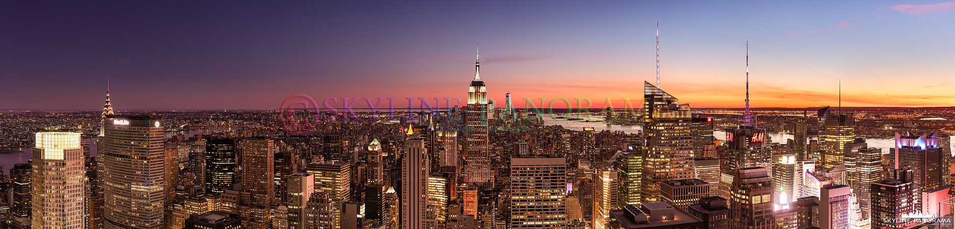 Blick über New York - Die Skyline von Manhattan als Panorama vom Rockefeller Center. Die Aussichtsplattform ist besser bekannt unter dem Namen Top of the Rock und bietet seinen Besuchern nicht nur zum Sonnenuntergang einen spektakulären Ausblick auf die Wolkenkratzer der New Yorker Skyline.
