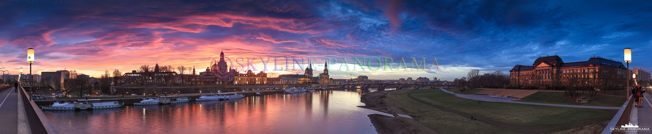 Bilder aus Dresden - Eine Stadtansicht auf die Kulisse der Dresdner Altstadt im leuchten des Sonnenuntergangs. Das Panorama zeigt den Ausblick von der Carolabrücke in Richtung Brühlsche Terrassen, Frauenkirche und Semperoper.