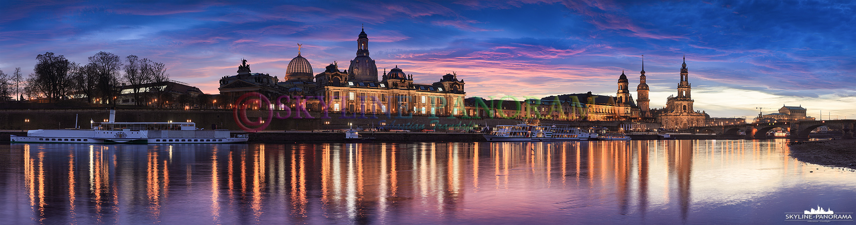 Bilder von Dresden - Das abendliche Panorama auf die Altstadt von Dresden vom Elbufer zwischen der Carolabrücke und der Augustusbrücke gesehen.