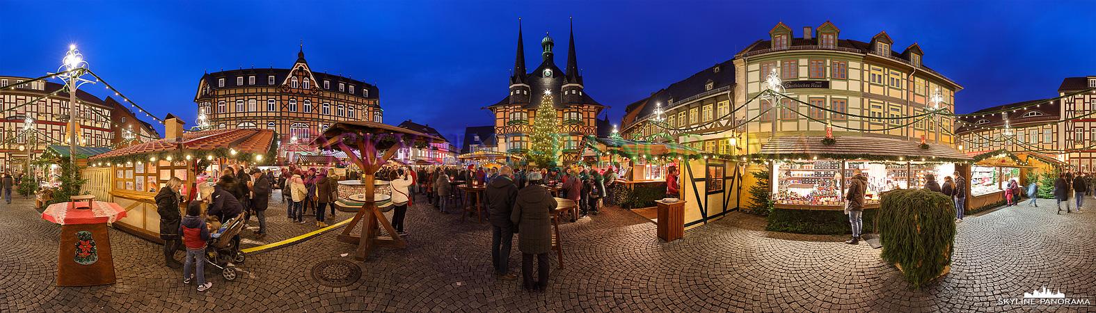 Bilder aus dem Harz - Der Wernigeröder Weihnachtsmarkt als Panorama in den Abendstunden.