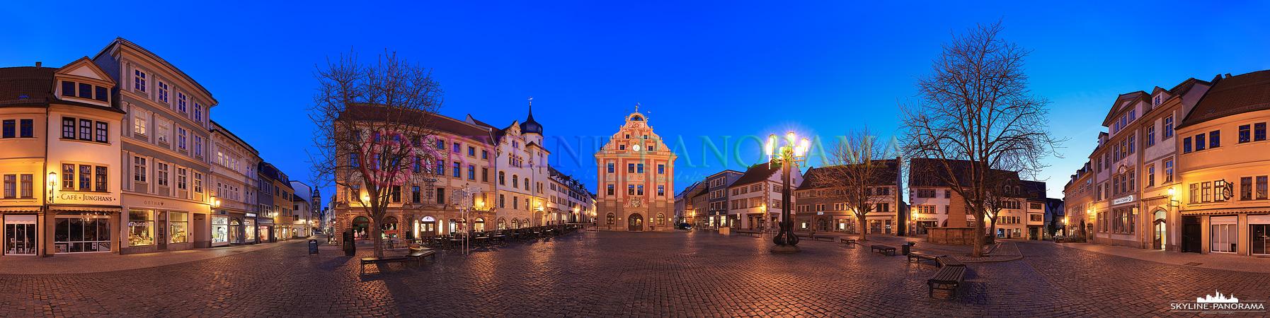 Bilder aus Gotha - Das historische Rathaus der thüringischen Stadt Gotha als abendliches Panorama vom unteren Hauptmarkt aus gesehen.