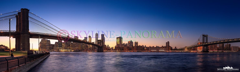 NYC Panorama - Die abendliche Skyline von Downtown Manhattan mit den beiden bekannten Brücken, Brooklyn Bridge und Manhattan Bridge vom Empire Fulton Ferry State Park im Stadtteil Brooklyn gesehen.