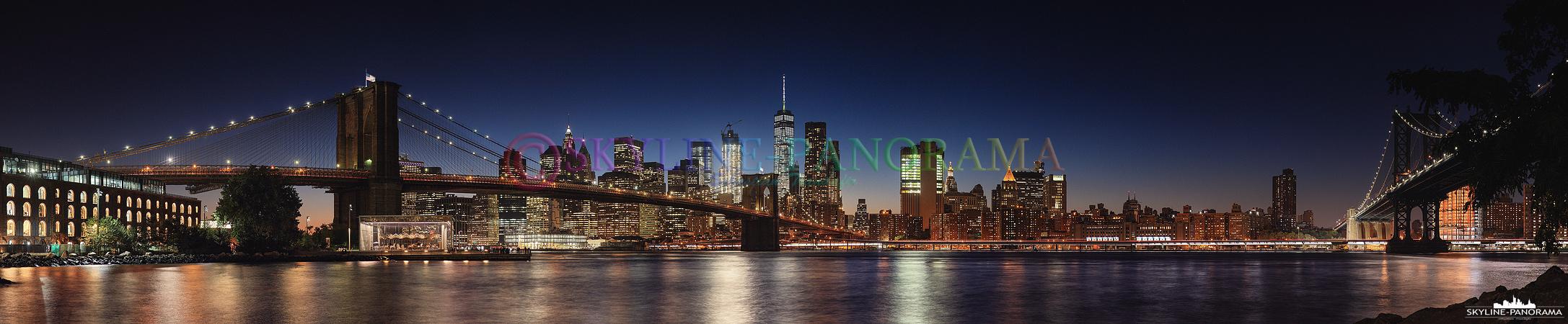Skyline Panorama von New York City - Die abendliche Stadtansicht entstand im Empire-Fulton Ferry State Park im Stadtteil Brooklyn, der Blick geht in Richtung der historischen Brooklyn Bridge und der dahinter liegenden Südspitze von Downtown Manhattan mit den imposanten New Yorker Wolkenkratzern.